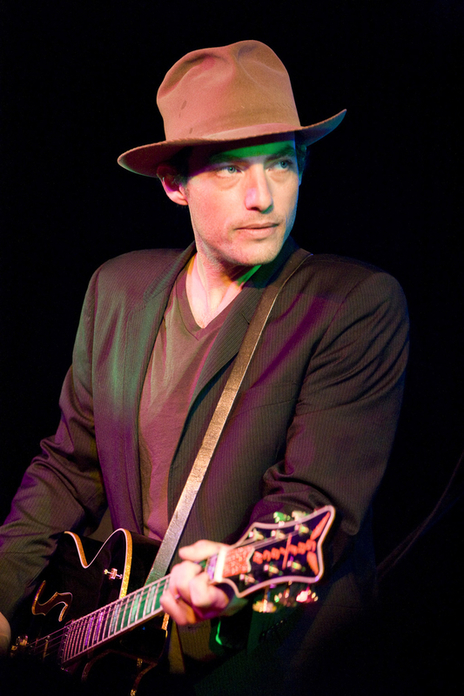 Jakob Dylan doesn't avoid photography live at festival