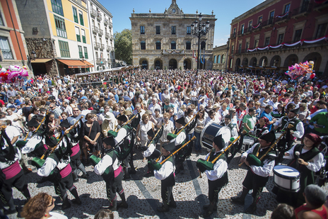 Tourism photo of the Sidra parade in Xixon/Gijon, Asturias